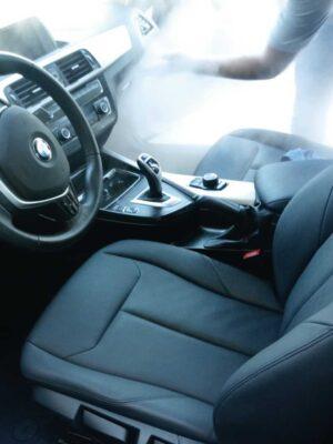 Sanitizado con vapor en interior de auto